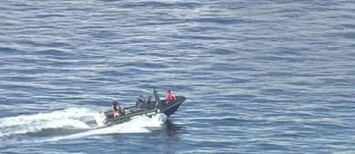 Helicóptero com dois cai na Baía de Guanabara, e eles saem ilesos (Reprodução)