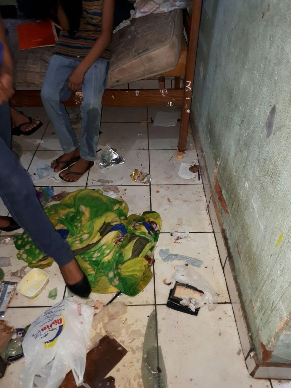 Foto mostra sujeira e abandono onde as crianças ficavam, no cômodo da casa no Bairro Pedregal, em Cuiabá (Foto: Polícia Civil de MT/Assessoria)