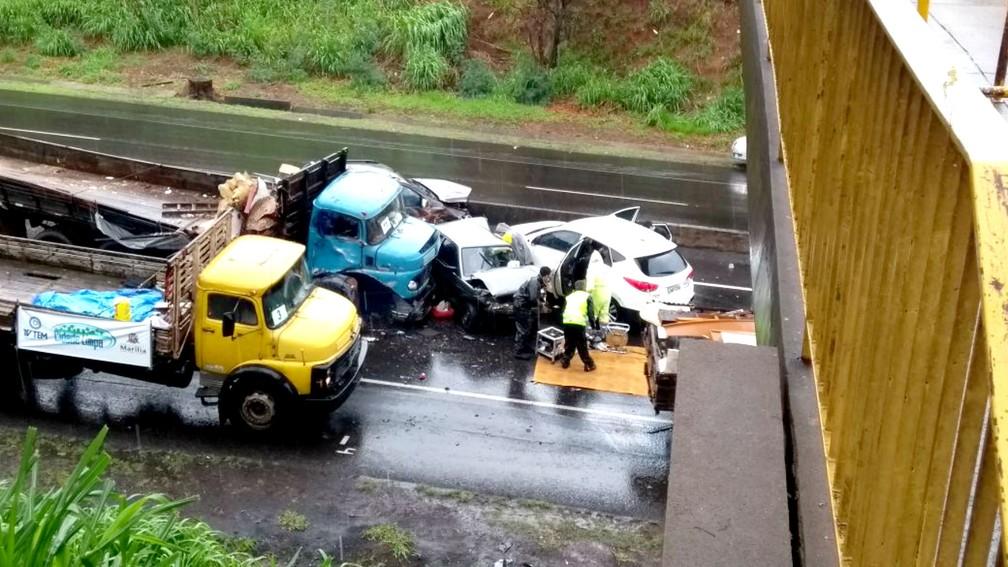 Engavetamento na Rodovia do Contorno deixou carros destruídos e duas vítimas leves (Foto: Michelli Silva / TV TEM)