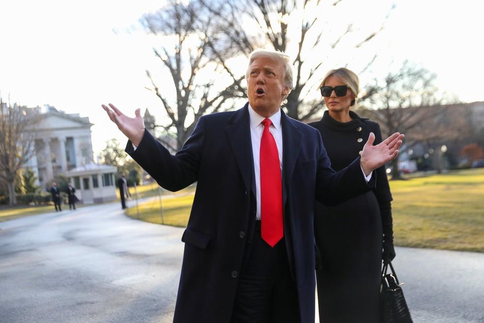 Donald Trump, gesticula enquanto Melania Trump deixam a Casa Branca em Washington, EUA, em 20 de janeiro de 2021 — Foto: Leah Millis/Reuters
