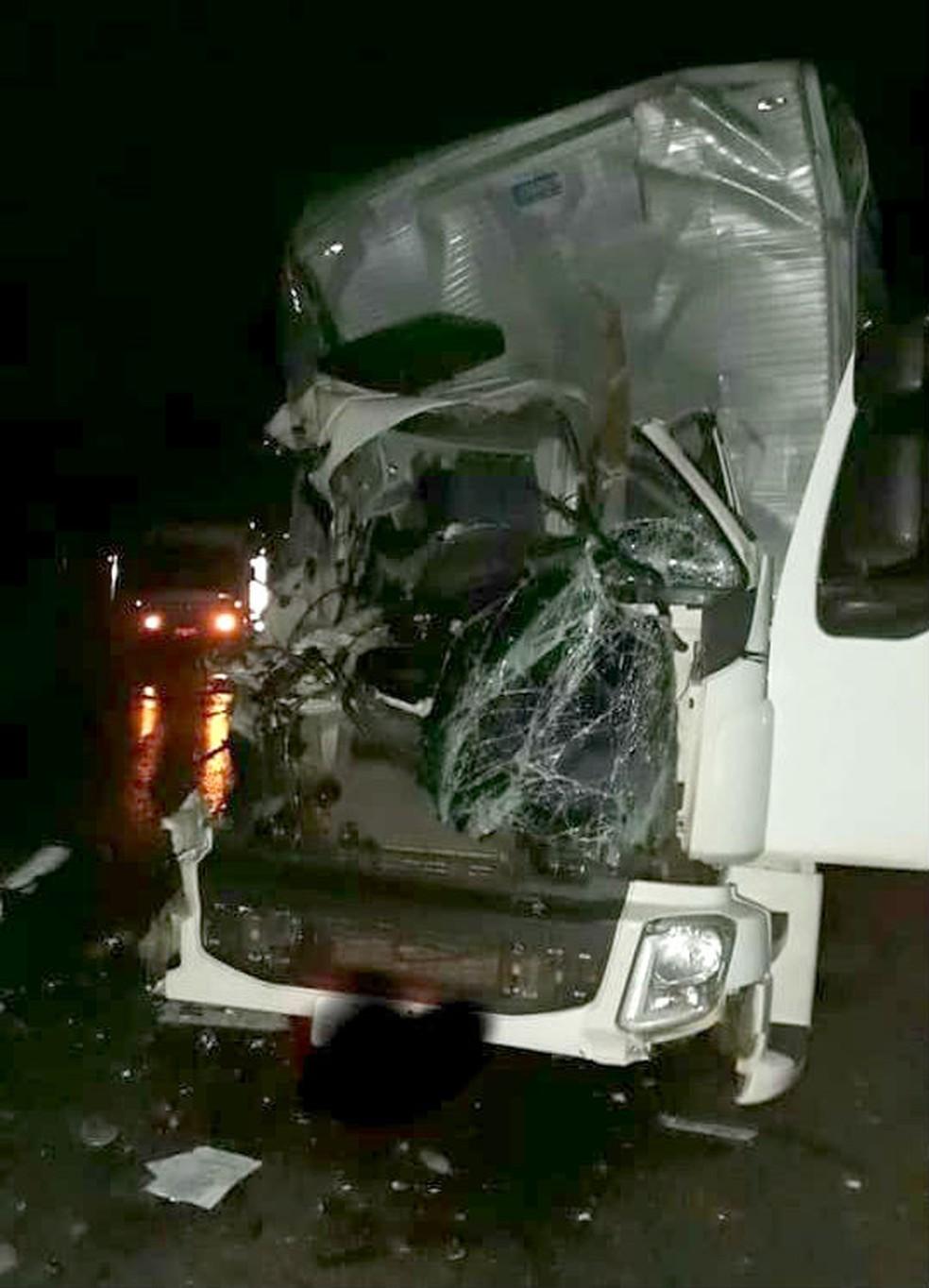 Cabine do caminhão onde estava o jovem no banco do passageiro ficou destruída — Foto: Valdecir Luis de Sousa/Divulgação