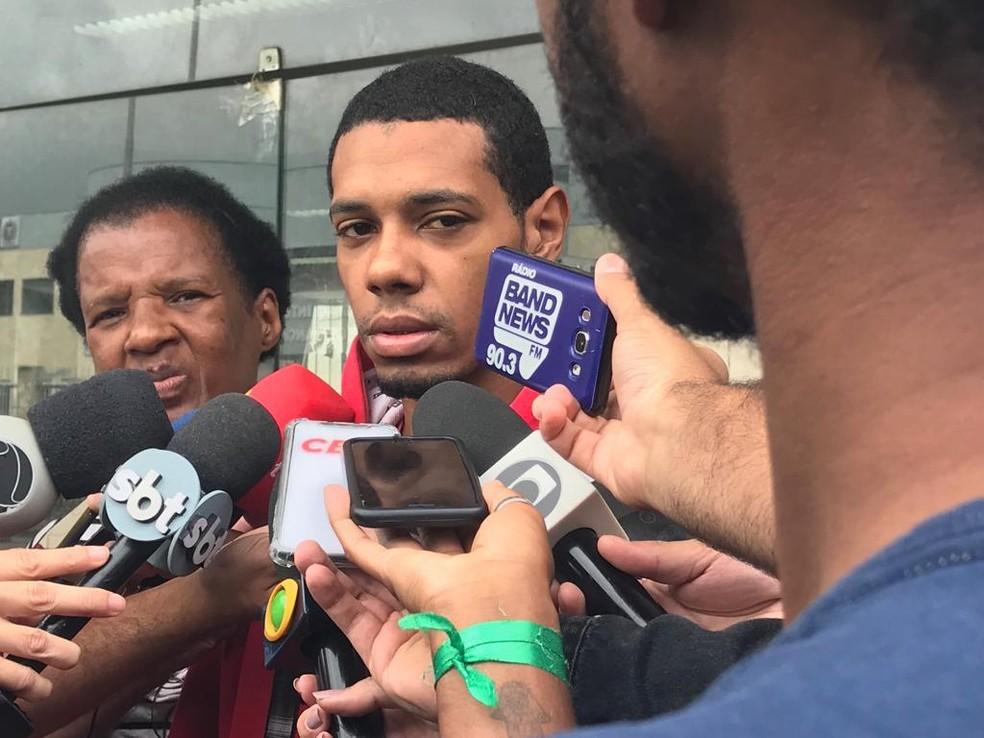 Augusto de Oliveira Gomes, pai de Ketellen, foi ao IML reconhecer o corpo da filha  — Foto: Alba Valéria Mendonça / G1