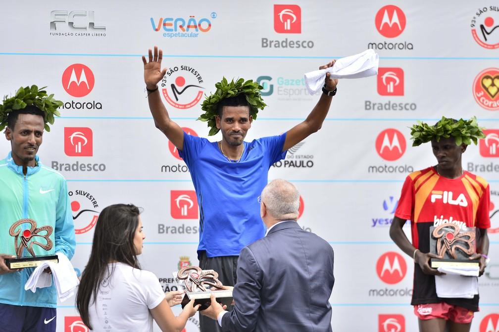 Pódio masculino da corrida São Silvestre 2017 (Foto: Marcos Ribolli)