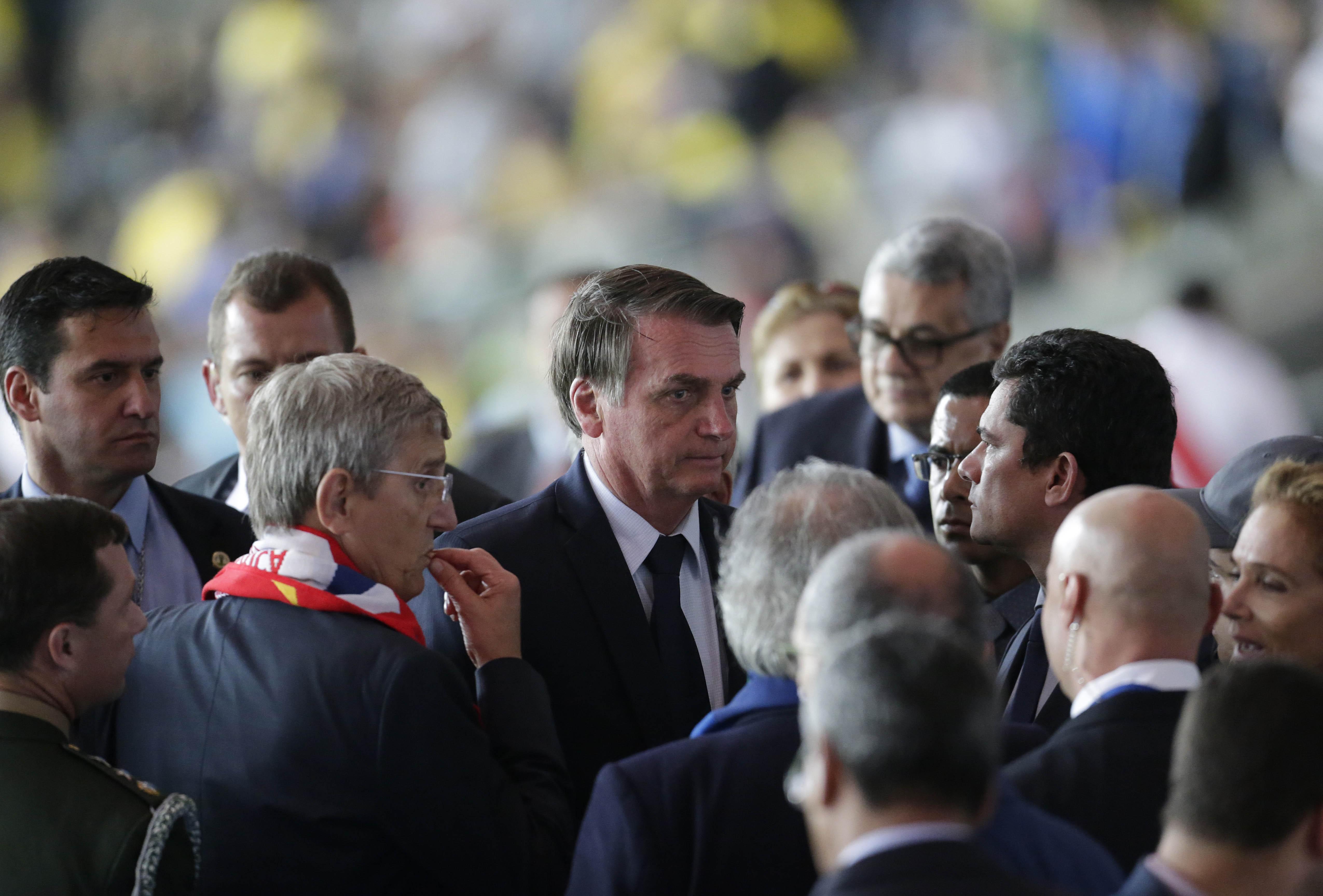 Bolsonaro foi vaiado ao entrar e deixar o gramado