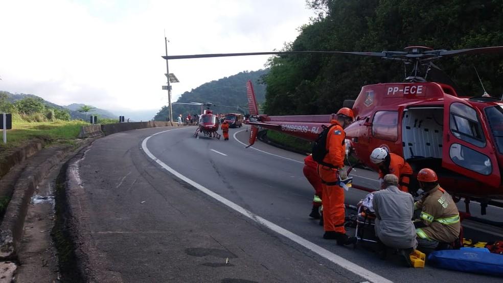 Helicópteros foram usados para socorrer as vítimas do acidente com ônibus na Serra de Petrópolis, no RJ — Foto: Divulgação/PRF