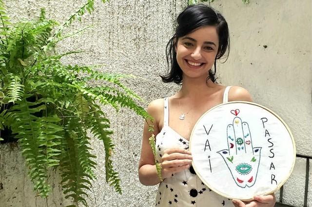 Julia Stockler posa com uma tela que bordou (Foto: Arquivo pessoal)