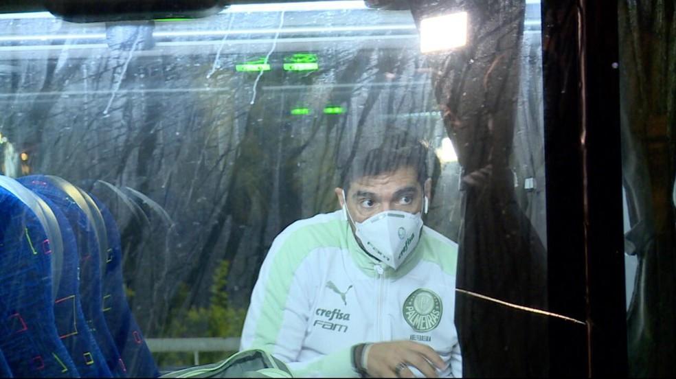Abel Ferreira, do Palmeiras, na chegada a Buenos Aires — Foto: Raphael Sibilla