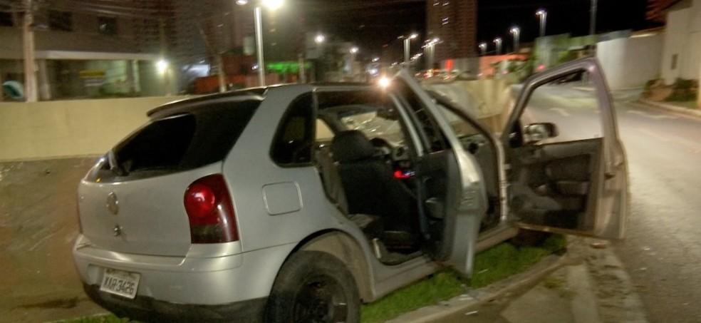 Motorista e passageiro foram encontrados desacordados após carro bater em mureta de viaduto em Cuiabá — Foto: TV Centro América