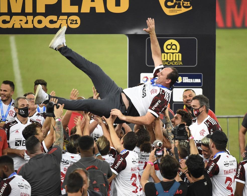 Jogadores do Flamengo jogam treinador Rogério Ceni para o alto em comemoração — Foto: André Durão