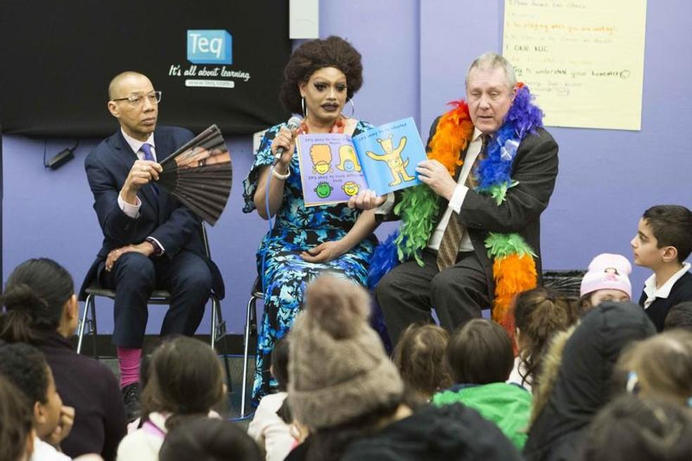 Histórias foram escolhidas durante visita a uma biblioteca pública. — Foto: Divulgação