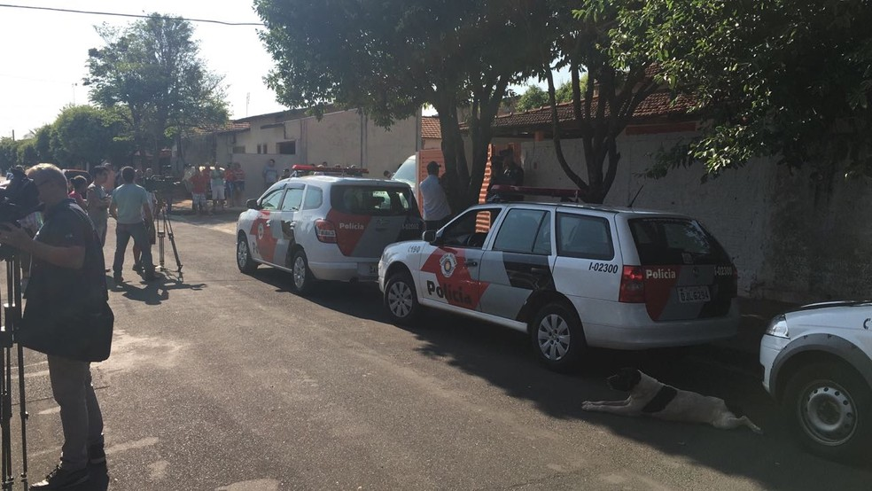 Policiais na frente da casa onde aconteceu a tragédia (Foto: Patrick Lima/TV TEM)