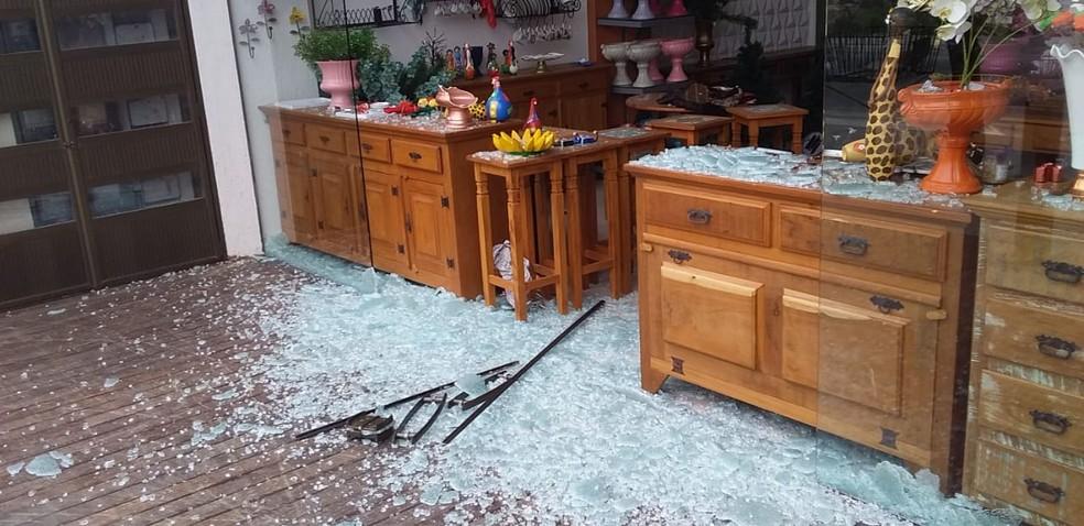 Tiros contra policial militar também atingiram vidraça de loja na Avenida Henrique Terra, em Cabo Frio, no RJ — Foto: Divulgação/PM
