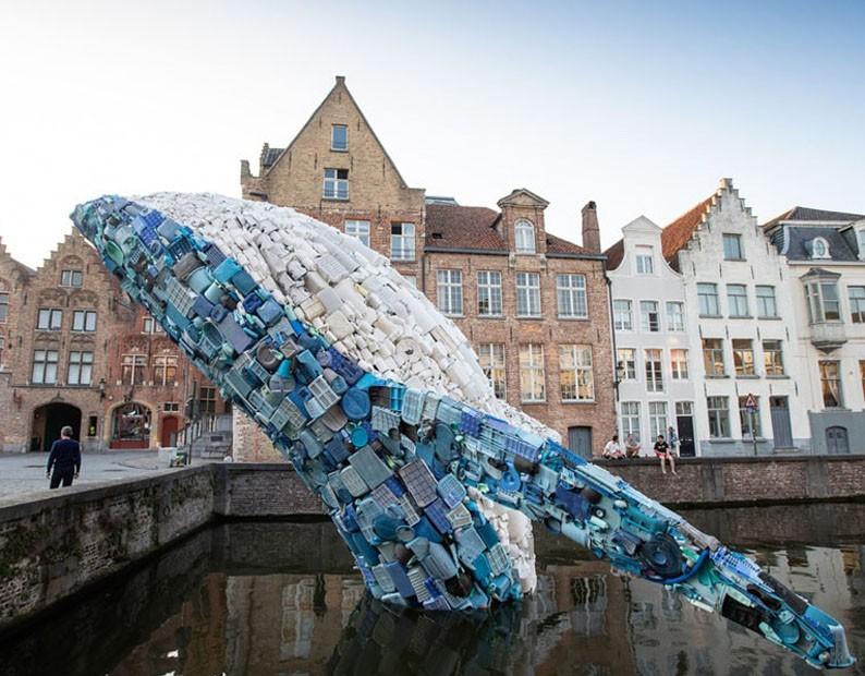 Baleia gigante de plástico é atração em cidade na Bélgica (Foto: Reprodução)