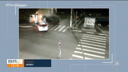 Vídeo mostra batida violenta entre carros em cruzamento na Bahia