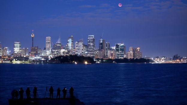 O céu em Sidney, na Austrália, estava limpo e a lua foi vista com mais facilidade (Foto: GETTY IMAGES via BBC)