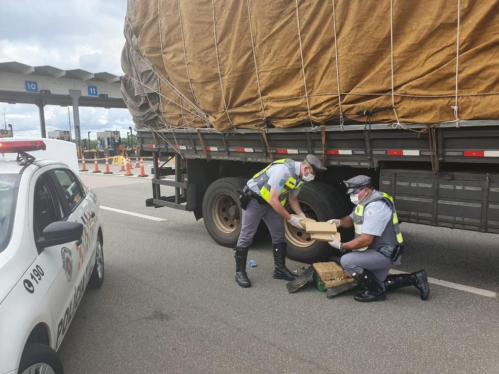 Motorista é preso ao ser flagrado transportando maconha em rodovia de Boituva — Foto: Polícia Militar Rodoviária/Divulgação