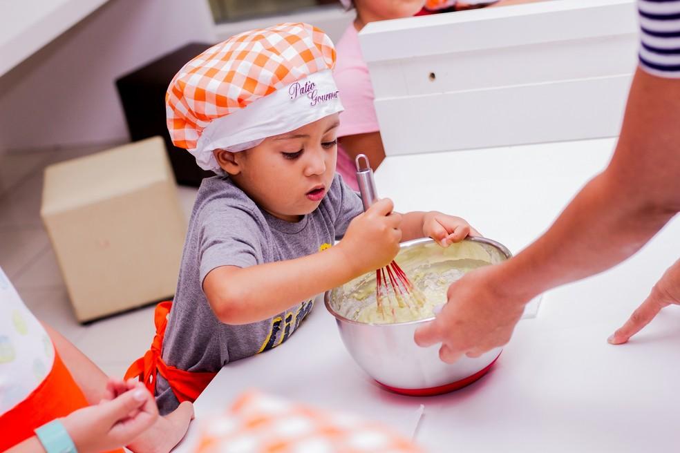 """Criança participando da oficina """"Gourmetzinho"""" no Pátio Brasil Shopping — Foto: Thiago Rodrigues/Divulgação"""