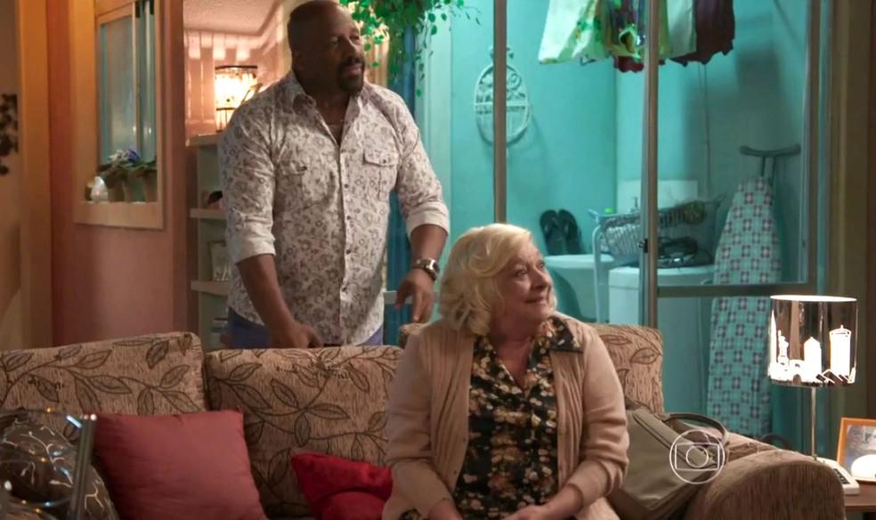 Florisval (Ailton Graça) contrata atriz para enganar Maristela (Aline Fanju), em 'Totalmente Demais' — Foto: Globo