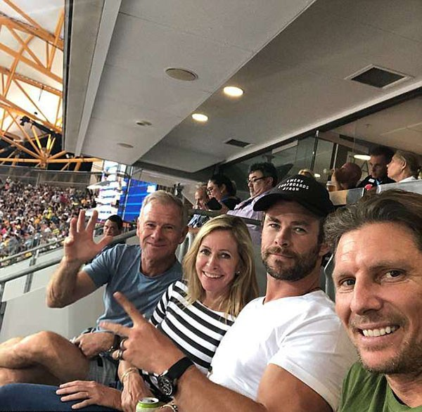 Chris Hemsworth e o pai Craig e a mãe Leone (Foto: Instagram)
