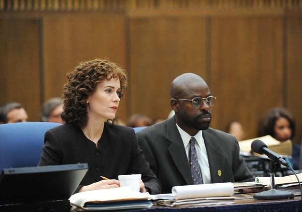 """Os atores Sarah Paulson e Sterling K Brown em cena de """"American Crime Story: The People Vs. OJ Simpson"""" (Foto: Reprodução)"""