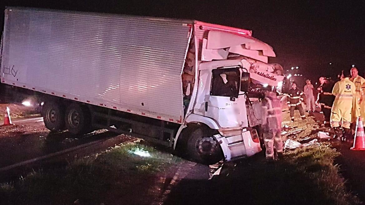 Batida entre caminhões mata motorista em rodovia de Jaú