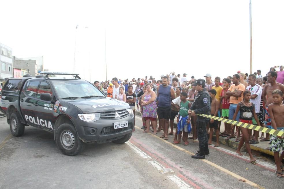 Polícia isolou a área em que Globocop caiu na manhã desta terça (23), na Zona Sul do Recife (Foto: Marlon Costa/Pernambuco Press)