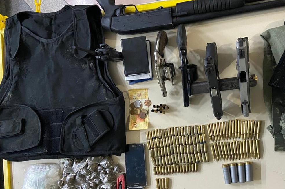 Com os suspeitos, a polícia apreendeu, armas drogas, munições e outros materiais — Foto: Divulgação/SSP