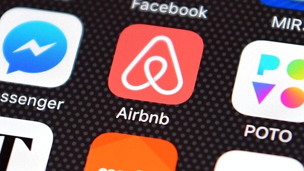 Ícone do Airbnb em smartphone (Foto: Carl Court/Getty Images)