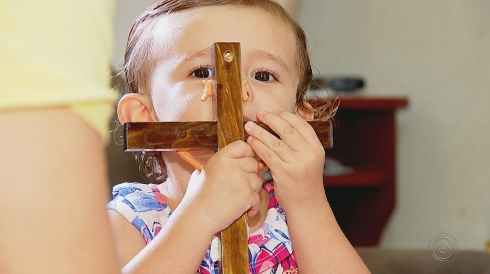 Sophia mostra adoração pela cruz na casa das avôs, em Rio Preto — Foto: Reprodução/TV TEM