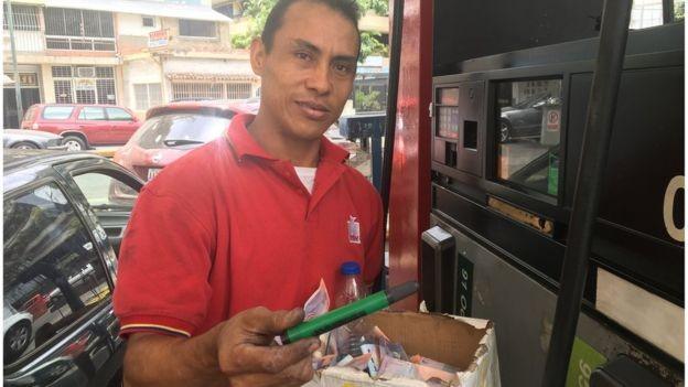 Este frentista recebeu uma caneta marca texto como pagamento (Foto: Reprodução/BBC)