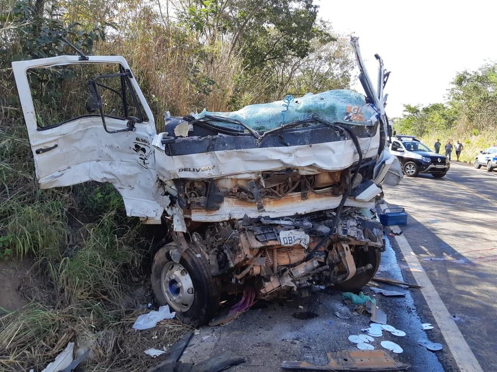 Destroços de um dos veículos de acidente em que 4 pessoas morreram na BR 174 — Foto: Polícia Rodoviária Federal de Mato Grosso/Assessoria