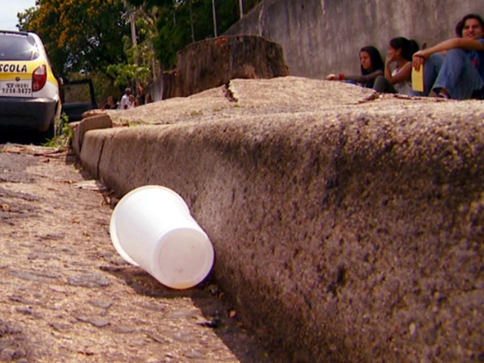 Copo plástico deixado na rua — Foto: Toni Mendes/EPTV