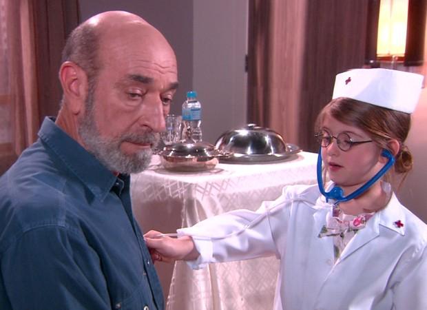 Vestida de médica, Dulce Maria (Lorena Queiroz) consulta o avô Adolfo (Luiz Guilherme) (Foto: Divulgação/SBT)