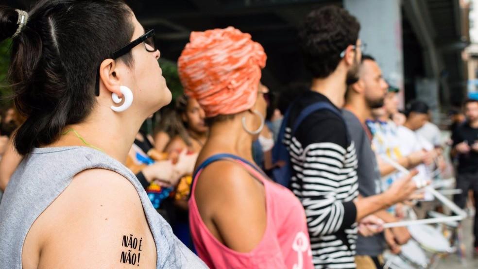 Mulheres usam tatuagem temporária como instrumento contra o assédio em BH. (Foto: Paula Molina e Henrique Fernandes/Divulgação)