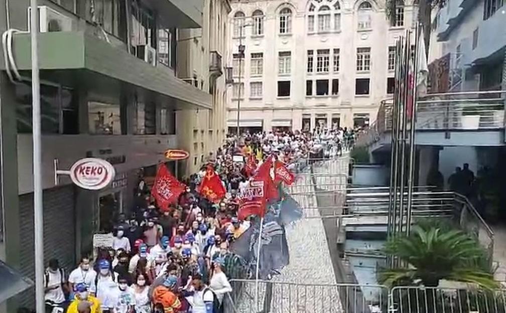 Funcionários da Comcap acompanham votação do lado de fora da Câmara de Vereadores de Florianópolis — Foto: Sintrasem/Reprodução