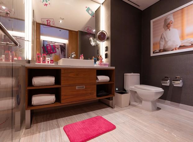 O banheiro possui amenidades da boneca, como shampoos e cremes (Foto: Hilton Mexico City Santa Fé/ Reprodução)