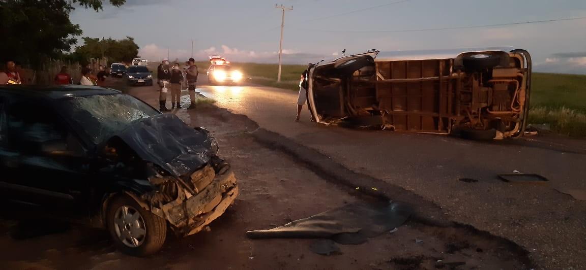 Motorista de Kombi perde o controle, colide contra outro carro em Anadia, AL