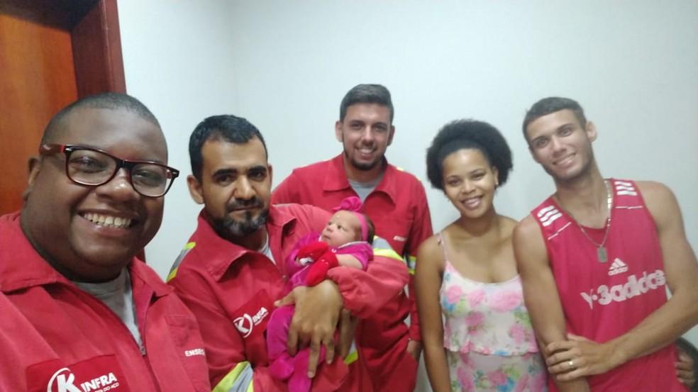 Mãe, filha e equipe que fez o parto em Três Rios — Foto: Divulgação/K-infra