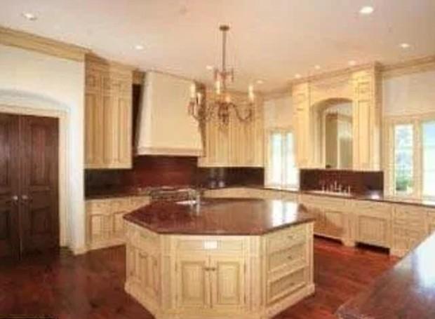 A cozinha tem móveis clássicos e um lustre retrô (Foto: Splashnews/ Reprodução)