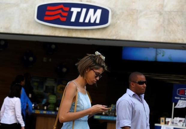 Pessoas passam em frente de loja da TIM no centro do Rio de Janeiro (Foto: Pilar Olivares/Reuters)
