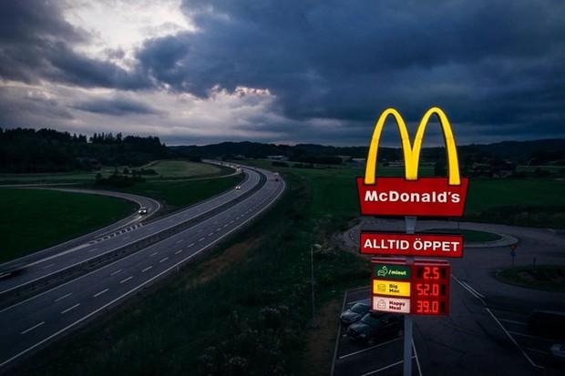 Na Suécia, placas do McDonalds contam o preço do Big Mac, do McLanche feliz e... da recarga para carros (Foto: McDonalds)