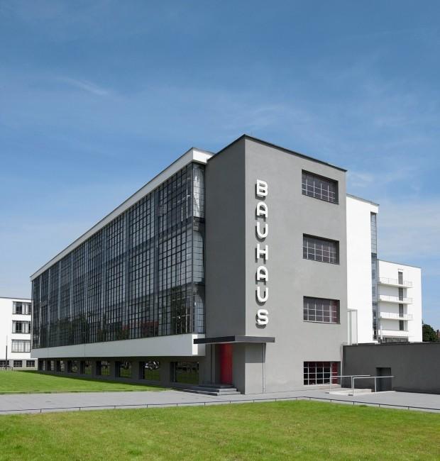 Fachada. A construção da sede foi inovadora pela estrutura feita de concreto armado e tijolos, pelas grandes extensões de vidro e pelos telhados planos cobertos com telhas que poderiam ser pisadas (Foto: Tadashi Okochi © Pen Magazine / Stiftung Bauhaus Dessau)