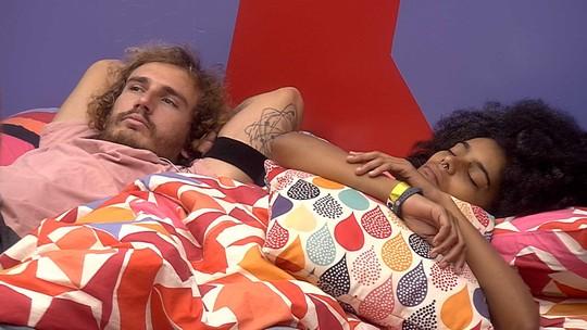 Alan deita ao lado de Gabriela e fica pensativo