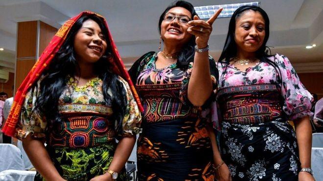 Mulheres Guna vestem roupas feitas com o tradicional bordado mola, considerado patrimônio do povo panamenho (Foto: GETTY IMAGES)