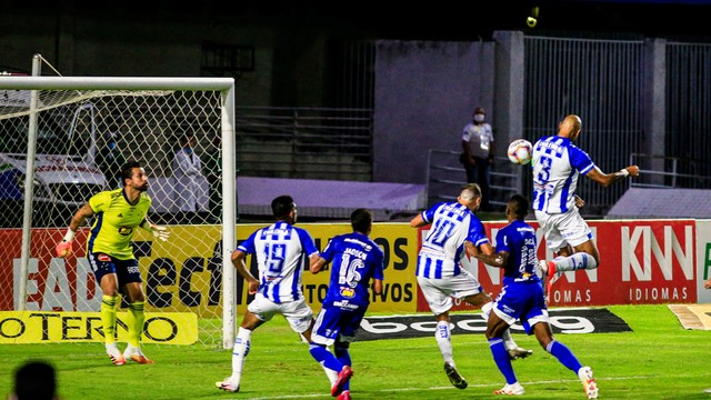 Alan Costa marca o segundo gol do CSA de cabeça