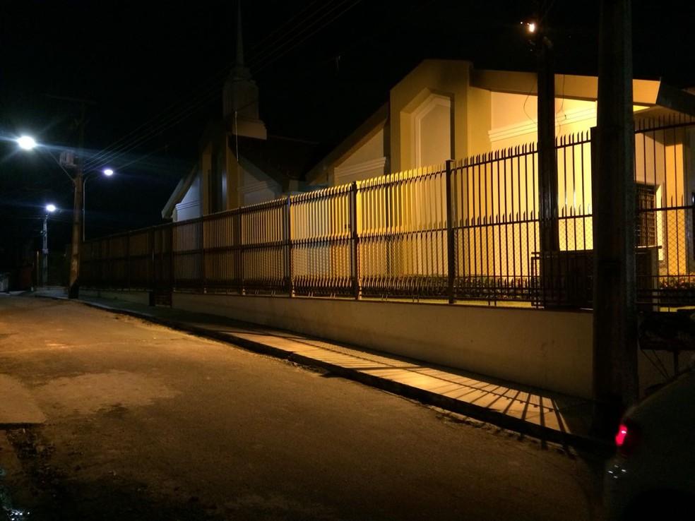 Igreja fica localizada em rua do bairro Zumbi 2 (Foto: Rickardo Marques/G1 AM)