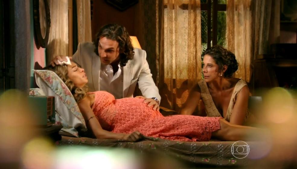 Alberto (Igor Rickli) é impedido de assistir ao parto de Ester (Grazi Massafera) por Veridiana (Laura Cardoso), em 'Flor do Caribe' — Foto: Globo
