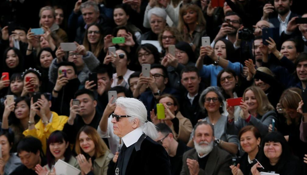 Karl Lagerfeld durante apresentação da coleção outono/inverno 2015/2016 da Chanel, em Paris — Foto: REUTERS/Gonzalo Fuentes/Arquivo