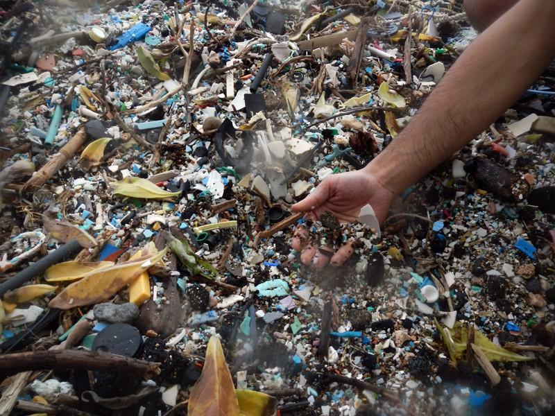 Plásticos encontrados na praia de Kamilo, no Havaí (EUA) (Foto: Flickr/Gabriella Levine/Creative Commons)