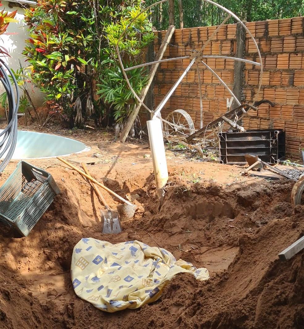 Corpo da menina de 9 estava enterrado perto de uma piscina plástica, justamente o local indicado por sua irmã de 16 anos  — Foto: João Trentini/Divulgação